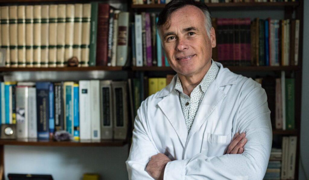 Dr. Enrique Moya en su consultorio de Palermo